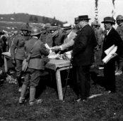 Distribuzione di doni ai soldati della VI Armata da parte di rappresentanti la città di Busto Arsizio