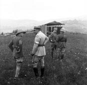 In primo piano: S.A.R. il Principe di Galles Edoardo VIII con un generale francese